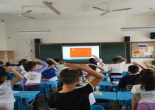 朝霞小学:观看红色电影,喜迎祖国华诞